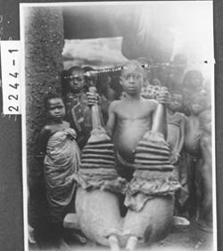 7.1025-2244 'Ein in Akpafu gebrauchter alter Blasebalg'