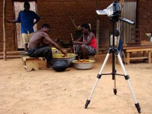 Durch Video-Aufnahmen fremder Sprachen – hier Unterhaltung beim Herstellen von Palmöl in Akpafu-Mempeasem, Ghana, – analysieren die Wissenschaftler alltägliche Gespräche, in denen Lautmalereien vorkommen.
